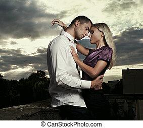 Ein junges, gutaussehendes Paar