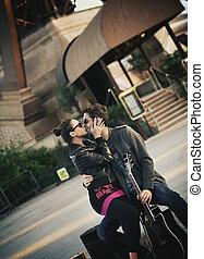 Ein junges, hübsches Paar, das sich küsst