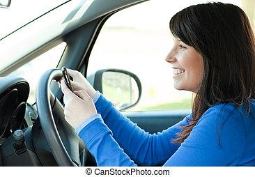 Ein junges Mädchen, das ihr Auto fährt