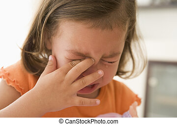 Ein junges Mädchen weint drinnen