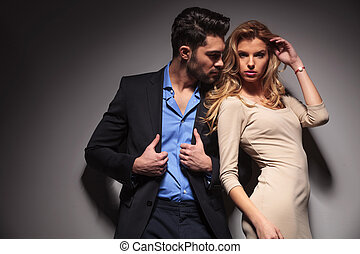 Ein junges Modepaar, das zusammen posiert.