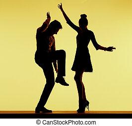 Ein junges Paar, das auf der Party tanzt.