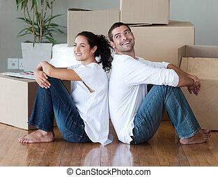 Ein junges Paar, das sich bewegt