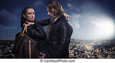Ein junges Paar im Hintergrund der Stadt