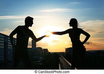 Ein junges Paar im Hintergrund