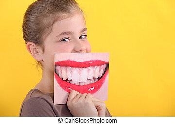 Ein Kind mit einem Bild von einem Lächeln