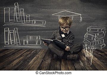 Ein kleiner Junge mit Brillengläsern, der Bücher über die Schule liest.