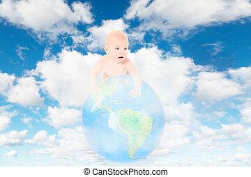 Ein kleines Baby auf der Erde auf Weiß, fluffige Wolken im blauen Himmel kollabieren