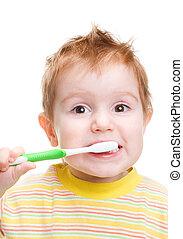 Ein kleines Kind mit Zahnbürste, das Zähne putzt. Isoliert