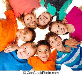 Ein Kreis glücklicher Kinder, die zusammen lächeln