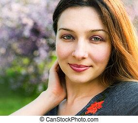 Ein Lächeln der sinnlichen, stillen schönen Frau draußen.