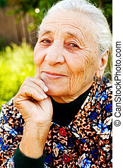 Ein Lächeln von eleganter zufriedener Seniorin