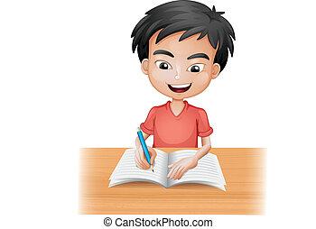 Ein lächelnder Junge, der schreibt