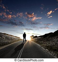 Ein Mann, der im Morgengrauen wegläuft