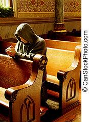 Ein Mann, der in der Kirche betet