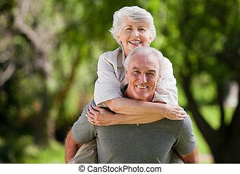 Ein Mann, der seiner Frau einen Huckepack schenkt