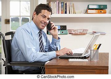 Ein Mann, der von zu Hause aus mit Laptop am Telefon arbeitet