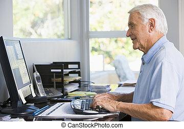 Ein Mann im Büro, der Computer lächelt