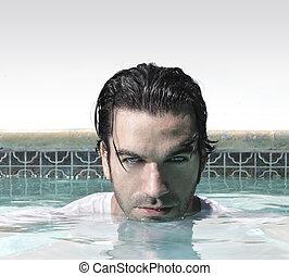 Ein Mann im Pool