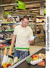 Ein Mann im Supermarkt.