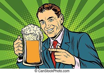 Ein Mann mit Bierschaum