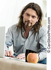 Ein Mann mit Laptop