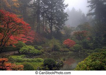 Ein nebliger Morgen im japanischen Garten im Herbst
