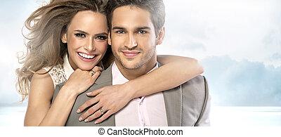 Ein netter junger Kerl mit seiner charmanten Freundin