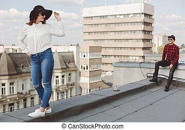 Ein paar auf dem Dach.
