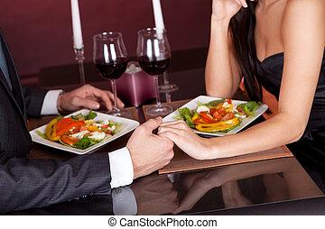 Ein Paar beim romantischen Essen im Restaurant