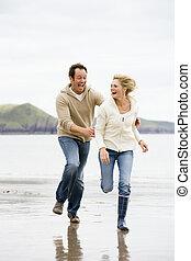 Ein Paar, das am Strand lächelt