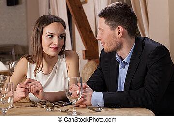 Ein Paar, das sich in die Augen schaut.