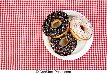 Ein paar Donuts auf dem Tisch.