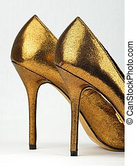 Ein Paar goldfarbener High Heels