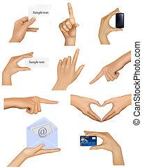 Ein Paar Hände, die Objekte halten.