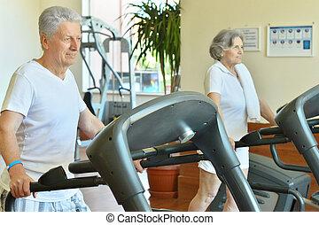 Ein Paar im Fitnessstudio.