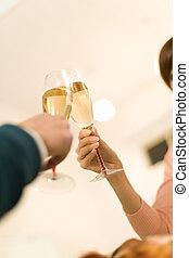 Ein Paar mit einem Toast mit Champagner.