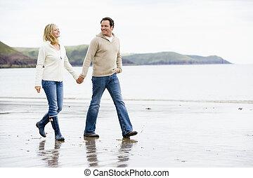 Ein paar Spaziergänge am Strand, die Händchen halten und lächeln