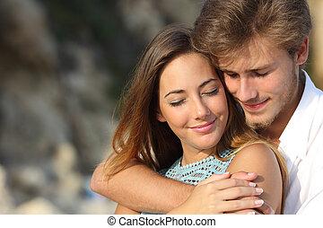Ein Paar verliebt, umarmt und fühlt die Romantik.