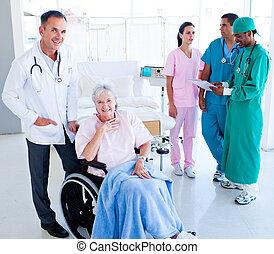 Ein positives medizinisches Team kümmert sich um eine ältere Frau