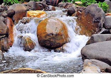 Ein rauchiger Bergwasserfall