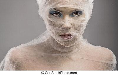 Ein schönes Bild einer jungen Frau in Bandage