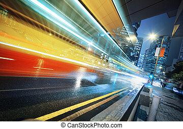 Ein schneller Umzugsbus in der Nacht