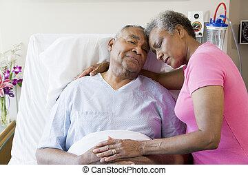 Ein Senior-Paar im Krankenhaus