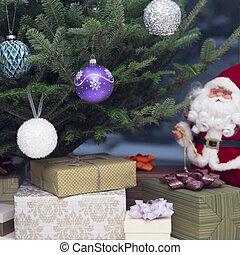 Ein Spielzeug-Santa und Geschenke unter dekoriertem Weihnachtsbaum