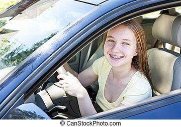 Ein Teenager, der Autofahren lernt