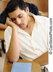 Ein Teenager, der in der Vorlesung schläft, auf dem College