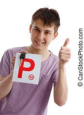 Ein Teenager mit P-Kennzeichen und Autoschlüssel