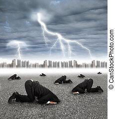 Ein verängstigter Geschäftsmann, der sich mit Sturm auf dem Boden versteckt