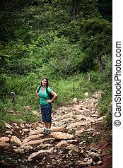 Ein weiblicher Wanderer auf einer rostischen Spur in Costa Rica